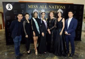 """""""ปนัดดา"""" ทิ้งไมค์ นั่งแท่นจัดประกวด Miss All Nations Thailand 2017 เขย่าวงการขาอ่อน"""