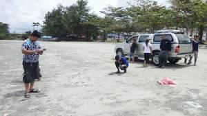 เจ้าหน้าที่เก็บตัวอย่างน้ำทะเลส่งตรวจ หลังพบหอยตายเกลื่อนหาด