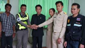 จบแฮปปี้ ตำรวจจับมือสาวทุบ จยย.ประชดโดนจับย้อนศร ต่างฝ่ายต่างขอโทษกัน