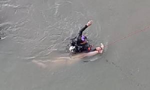 ครูสอนว่ายน้ำดวงถึงฆาต ถูกแรงดันน้ำดันเขื่อนแม่กลองดูดติดตาข่ายดักปลาดับ