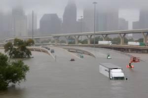 "In Pics : พายุฮาร์วีย์ซัดถล่ม ""ฮุสตัน"" กลายเป็นเมืองบาดาล อุตุฯ เตือนฝนตกต่อเนื่อง ""ทรัมป์"" จ่อลงพื้นที่ประสบภัยเทกซัสอังคารนี้"