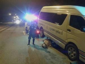 โครมสนั่นกลางดึก..รถตู้อุทัยฯ-กทม.ชนวัวตายคาที่ 8 ตัวรวด จ่าหนุ่มเจ็บ