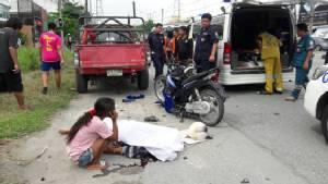 จักรยานยนต์เสียหลักชนรถกระบะจอดข้างทางเสียชีวิตคาที่