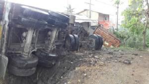 ฝนตกถนนลื่นรถพ่วง 18 ล้อบรรทุกดินเสียหลักลงข้างทางชนเสาไฟฟ้าริมถนนคลอง 7