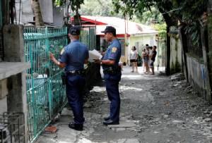"""ตร.ฟิลิปปินส์หยุดลงพื้นที่ """"ตรวจฉี่"""" หาสารเสพติด หลังชาวบ้านรวมตัวฟ้องศาล"""