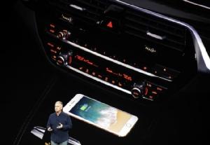 เอ็ดดี คู (Eddy Cue) ผู้บริหารแอปเปิลบนเวทีเปิดตัว iPhone 8
