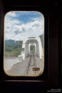 """มันใช่ที่มั้ย !?ชาวเน็ตจวกยับ นทท.ยืนขวางรถไฟถ่ายรูป""""สะพานขาว"""""""
