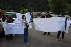ผู้หญิงบ้านเกาะแรดลุกฮือ! ทวงความยุติธรรมให้ 11 ผู้ต้องหารุมโทรมเด็ก เรียกชื่อเสียงคืน