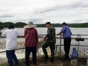 น้ำเซาะถนนริมยมขาด 2 หมู่บ้านสุโขทัยจมลึกร่วมเมตร คนติดเกาะ 5 ครอบครัว