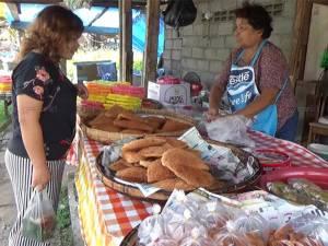 ชาวนาโยงเหนือทำขนมเดือนสิบขายริมถนนคึกคัก
