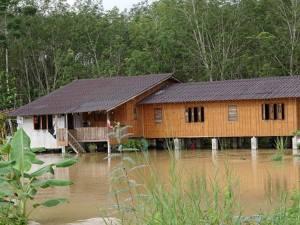 สะเดาน้ำป่าหลากเข้าท่วมหลายหมู่บ้าน จังหวัดแจ้งเตือนพื้นที่เสี่ยงภัยเตรียมรับมือ
