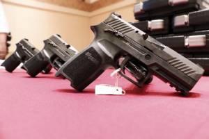 """มาถึงแล้ว! """"ซิกซาวเออร์"""" ปืนสวัสดิการตำรวจ ล็อตแรก 5 พันกระบอก"""