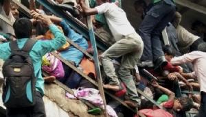 คลิปสยอง! แย่งกันออกจากสถานีรถไฟ เหยียบกันตายบนสะพาน 22 ศพในอินเดีย (ชมวิดีโอ)