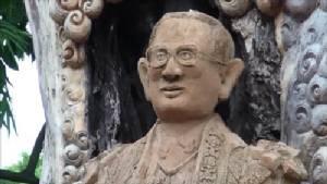 เจ้าของรีสอร์ตเมืองกรุงเก่า แกะสลักต้นมะขามอายุ 200 ปี เป็นพระบรมรูปในหลวง ร.๙