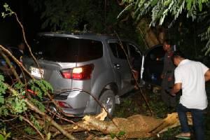 สาวใหญ่เมืองสัตหีบ ขับรถฝ่าสายฝนเสียหลักพุ่งข้ามเลนชนต้นไม้ข้างทางดับ