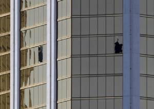 """ตร.สหรัฐฯ ค้นบ้านมือยิงลาสเวกัสเจอทั้ง """"ปืน-อุปกรณ์ทำระเบิด"""" เพียบ - โฆษกทรัมป์บอกยังไม่ใช่เวลาพูดถึง กม.ควบคุมปืน"""