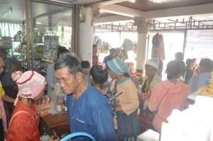 รูดปรื๊ด ชาวไทยภูเขาแม่ฮ่องสอนแห่ประเดิมรูดบัตรฯ ซื้อของเกินวงเงินไม่มีจ่ายถ่ายของออกวุ่น