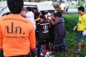 รถตู้เช่าเหมาคัน เสียหลักชนต้นไม้ ที่สุราษฎร์ทำคนเจ็บ 13 ราย
