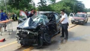 รอดปาฏิหาริย์   !   สาวพบพระซิ่งรถเก๋งหลุดโค้งข้ามเลนชนประสานงากระบะรถพังยับทั้ง 2 คัน เจ็บ 3 ราย