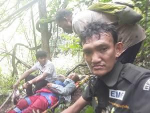 สุดยอด..กู้ภัยสุโขทัยลุยป่า 5 กม.ช่วยคนตกเขาเจ็บลงดอย 3 ชม.จนปลอดภัย(ชมคลิป)
