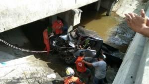 ปาฏิหาริย์เท่านั้น... ควบปิกอัพเข้าเมืองช้าง เสียหลักพุ่งตกสะพานรถพังยับ เจ็บ 2 รอดตายไม่น่าเชื่อ