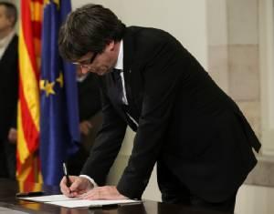 ปธน.คาตาลุญญาลงนามประกาศเอกราชจากสเปน ผู้คนสับสนเอาไงแน่หลังระงับไว้ก่อน