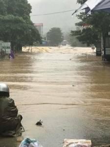 คลิป-ภาพชุดใหญ่.. เขื่อนใหญ่อั้นไม่อยู่ปล่อยน้ำท่วมทั้งเมือง เวียดนามวิกฤตอุทกภัยตาย-สูญหาย 50