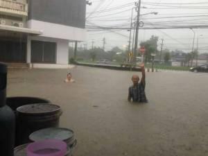 เมืองตากจมน้ำ! ถนนสายพหลโยธิน-สายเอเชียรถเล็กผ่านไม่ได้