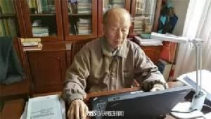 คุณครูผู้มีแต่ให้! ศาสตราจารย์ชาวจีนวัย 92 ปี ใส่เสื้อตัวเดิม 30 ปี แต่บริจาคเงินให้นักเรียนยากไร้ 21 ล้าน