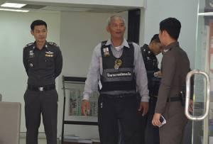 รปภ.แบงก์ใจเด็ดฮึดสู้โจรควงปืนปล้น สุดท้ายตำรวจรวบได้