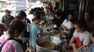 ร้านอาหารที่เมืองเลยทำอาหาร-เครื่องดื่มแจกฟรี ถวายเป็นพระราชกุศลในหลวง ร.9