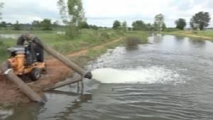 """ทต.บ้านโต้นยึดคำสอน """"พ่อหลวง"""" ใช้วิธีผลักดันน้ำแก้น้ำท่วมพื้นที่เกษตร(ชมคลิป)"""