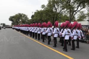 """ทหารมหาดเล็กฯ อัญเชิญธงชัยเฉลิมพล เตรียมรับเสด็จฯ """"สมเด็จพระเจ้าอยู่หัว"""""""