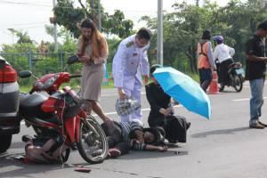 ชื่นชม.. รองผู้ว่าฯ บุรีรัมย์และภรรยา รีบลงรถช่วยเหลือผู้ประสบเหตุ จยย.ชนเก๋ง บาดเจ็บ