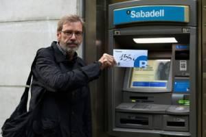 """ชาวกาตาลันแห่ """"ถอนเงิน"""" ประท้วง รบ.สเปน-แบงก์ย้าย สนง.ใหญ่หนีวิกฤต"""