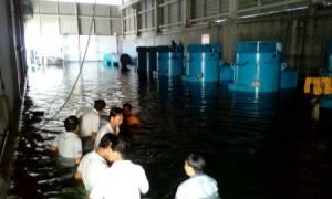 """""""นครปฐม-สมุทรสาคร"""" น้ำไม่ไหล รอโรงกรองน้ำบางเลนเดินเครื่องหลังเกิดอุบัติเหตุ"""