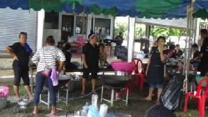 ชาวแสนสุขทำดีเพื่อพ่อ เลี้ยงก๋วยเตี๋ยวผัดไทยประชาชนฟรี