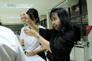 นักศึกษาจิตอาสาทำยาดมแจก ปชช.วันพระราชพิธีถวายพระเพลิงพระบรมศพ