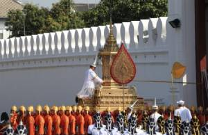"In Clip :  สื่อนอกรายงาน กรุงเทพฯ หยุดเคลื่อนไหว ""ชาวไทยร่วมใจใส่ชุดดำ"" เฝ้าสองข้างทางท่ามกลางดอกดาวเรืองเหลืองสด ร่วมพิธีถวายพระเพลิง ร.๙ วันนี้"
