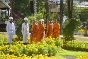 พสกนิกรชาวพังงาทยอยร่วมพิธีถวายดอกไม้จันทน์อย่างต่อเนื่อง