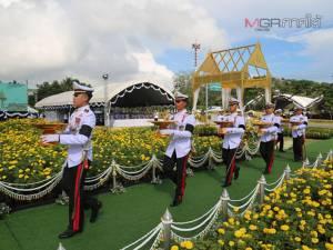 พสกนิกรชาวสงขลาร่วมพิธีถวายดอกไม้จันทน์ในส่วนภูมิภาคจำนวนมาก