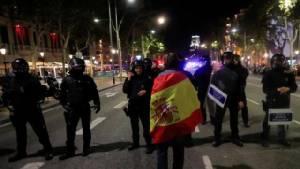 """ตร.กาตาโลเนียประกาศ """"เป็นกลาง"""" ขณะสเปนเตรียมยึดอำนาจ"""
