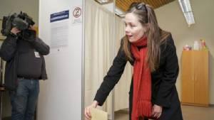 """In Clip : ผลเลือกตั้งนับได้ 70% ชี้ """"ไอซ์แลนด์"""" ส่อได้ผู้นำหญิงคนใหม่ ท่ามกลางกระแสพ่อนายกฯ อุ้มนักโทษข่มขืนลูกเลี้ยง 5 ขวบระอุ"""