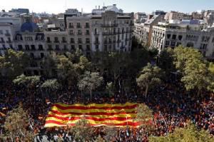 คนหลายแสนเดินขบวนในบาร์เซโลนา หนุนรวมกับสเปน ค้านแยกตัวเป็นเอกราช