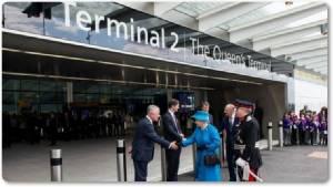 "In Clip:แตกตื่นทั้งเกาะอังกฤษ! สนามบินฮีทโธรว์สอบครั้งใหญ่ หลังพลเมืองดีพบแฟลชไดรฟ์ตกข้างถนนมีข้อมูลเส้นทางลับ ""ควีนเอลิซาเบธที่ 2"" เสด็จไปสนามบิน"