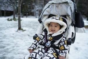 """แฮปปี้สุดๆ """"น้องดีแลน"""" ลูกชาย """"แมทธิว-ลีเดีย"""" เจอหิมะครั้งแรกที่ญี่ปุ่น"""