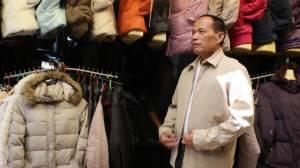 รับลมหนาว พ่อค้าชาวกัมพูชาตลาดชายแดนช่องจอม สต๊อกเสื้อกันหนาวมือสองไว้ขายหลายหมื่นตัว