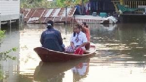 เปิดเทอมวันแรกชาวโผงเผงพายเรือส่งลูกหลานไปโรงเรียน บางโรงเรียนน้ำท่วมยังปิด