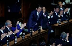 """""""ชินโซ อาเบะ"""" ได้รับเลือกเป็นนายกรัฐมนตรีญี่ปุ่นอีกครั้ง หลังชนะเลือกตั้งถล่มทลาย"""
