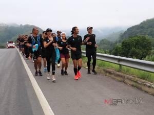 """""""ตูน"""" เริ่มวิ่งวันที่ 2 จากสะพานข้ามเขื่อนบางลาง มุ่งหน้าสู่ อ.ธารโต ชาวบ้านต้อนรับอบอุ่น (ชมภาพ)"""